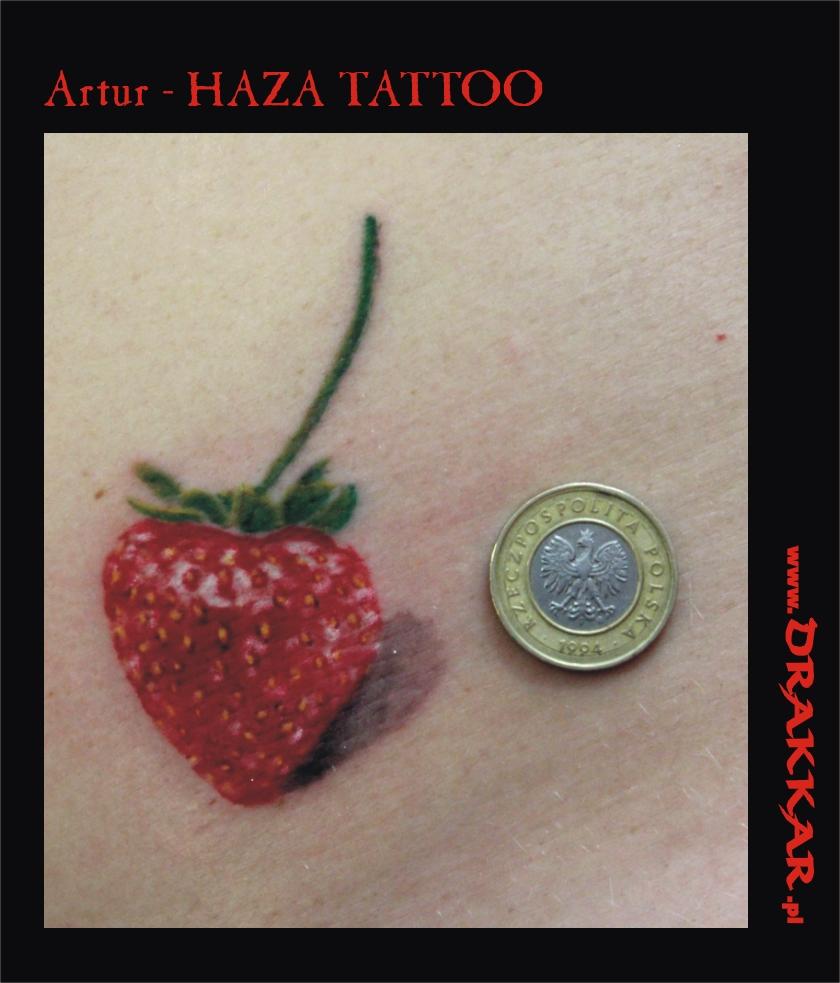 mały tatuaż kobiecy - truskawka