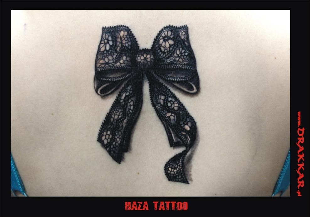 kokarda na plecach - tatuaż kobiecy
